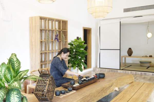 APASS member Wu Xiaofang sits in an inn, of which she designed the interior decoration . Most of the accessories and materials Wu used to furnish the inn were sourced from Taobao.